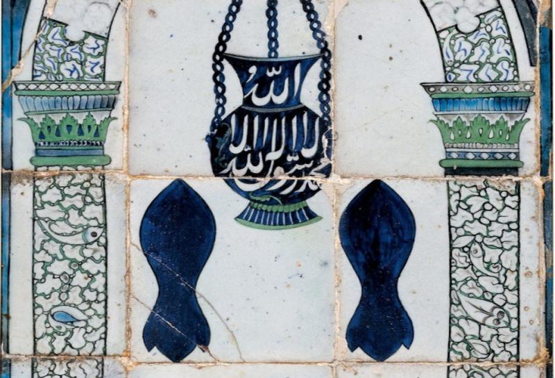 زخارف على أحد المحاريب وقد استخدمت أشكال النعل النبوي