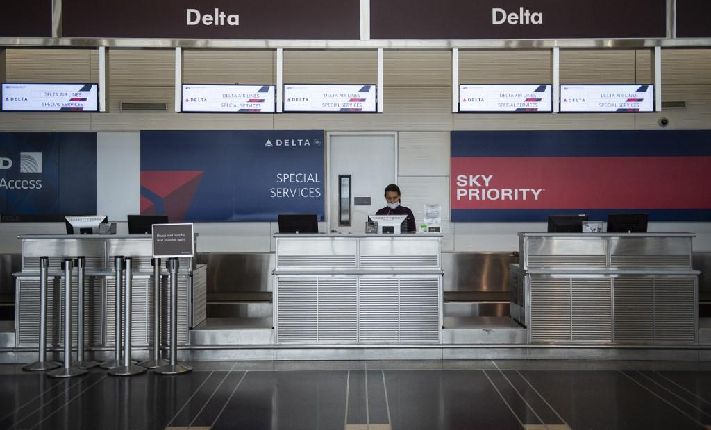 Photo of Delta to warn pilots about possible furloughs, offers early retirement