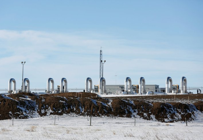 A TC Energy pump station sits behind mounds of dirt from the Keystone XL crude oil pipeline as it lies idle near Oyen, Alberta, Canada. (REUTERS/Todd Korol/File Photo)