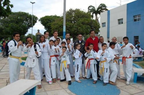 Secretário de Educação Rodrigo Aldim com a equipe de  taekwondo