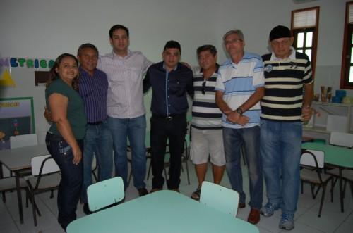 Prefeito com os vereadores Geruza e Lampião, secretário Rodrigo Aladim e os lideres da comunidade Marcus e Pardal