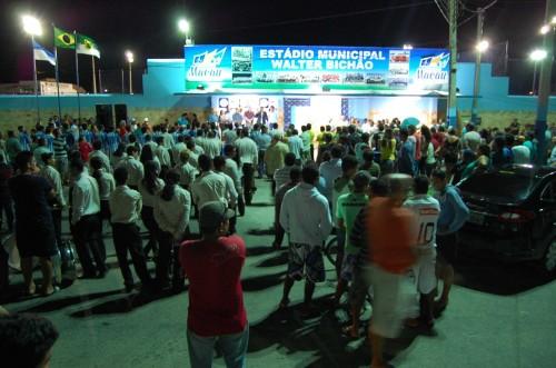 Autoridades e populares prestigiam reabertura do estádio