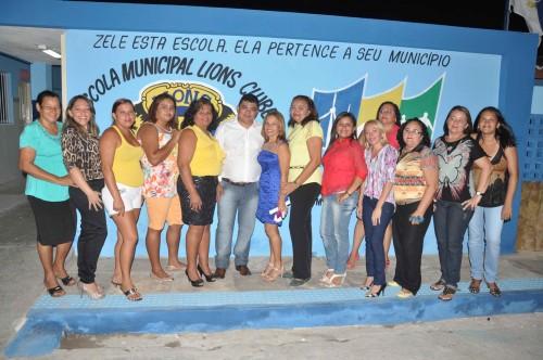 Prefeito com funcionários da Escola Lions Clube