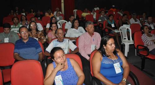 Trabalhadores e trabalhadoras participam da plenária