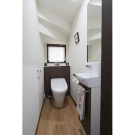 タンクレストイレを設置した奥にトイレットペーパーや掃除セットを入れる収納を作り付けしました。 見た目もすっきりし、掃除もしやすいとのこと。