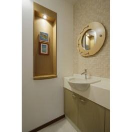 手洗いカウンター前にはタイルを使用。愛用のミラーをあわせて やさしい色調でコーディネートしました。