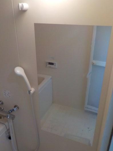 こちらのミラーシートは、映りこみに際して多少歪みますが、室内を広く見せるため、また材料がリーズナブルだったため採用しました。すぐ横には洗面化粧台もありますし、ここは浴室内なので、そこまで精度の高い姿見は必要ないだろうと判断しました。割れないので安全性も兼ねています。