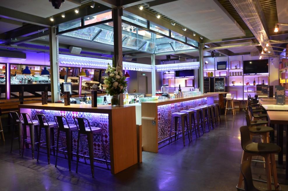 comptoir de bar lumineux en bois et faïence