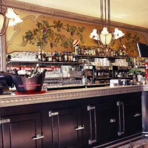 """Comptoir en étain pour cette brasserie """"Parisienne"""" située au coeur de la ville rose."""