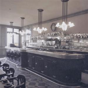 Brasserie typique des années 30 avec comptoir en étain ARANDA-MAS