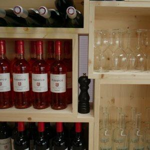 Meuble vin composé de caisses de vin