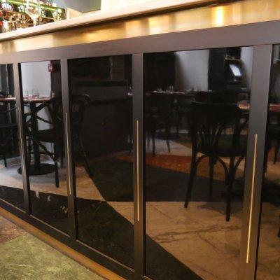 Façade laquée en noir brillant pour le bar de la brasserie chique au centre de Toulouse