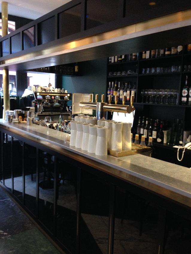 Finition minutieuse pour le comptoir et le ciel de bar avec de l'étain, incrustation de laiton et laque noire brillante et mate.
