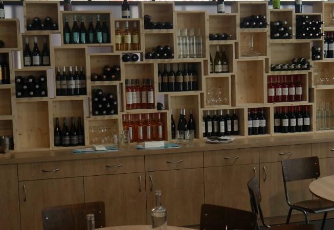 Meuble vin composé de casiers en bois imitant les caisses à vin