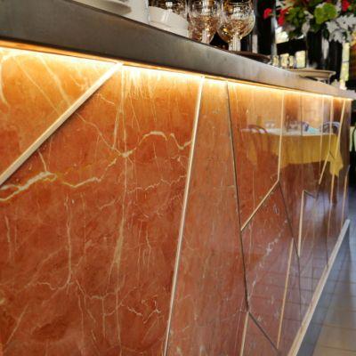 Façade lumineuse du bar de l'Entrecôte à Nantes