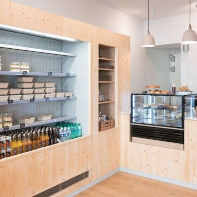 Comptoir et meuble en bois clair pour ce restaurant suédois