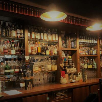 Rayonnage de bar éclairé