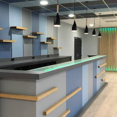 Comptoir de bar moderne lumineux couleurs gris bleu et bois naturel