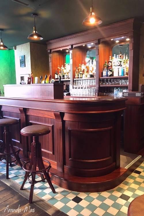 bar style pub anglais en bois rouge