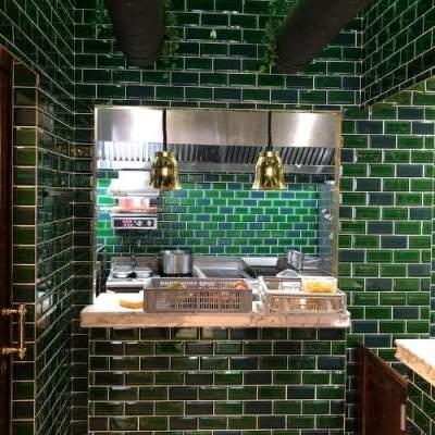 Cuisine ouverte avec passe-plat en marbre de Calacatta