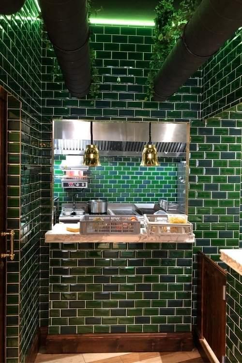 cuisine ouverte avec carrelage vert