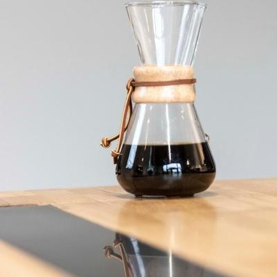 Chêne naturel tons miel avec incrustation de pierre acrylique noire viennent sublimer l'élixir de café