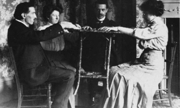 Spirit WilliamMarriottLevitatingTableWithFoot - El espiritismo en la época victoriana