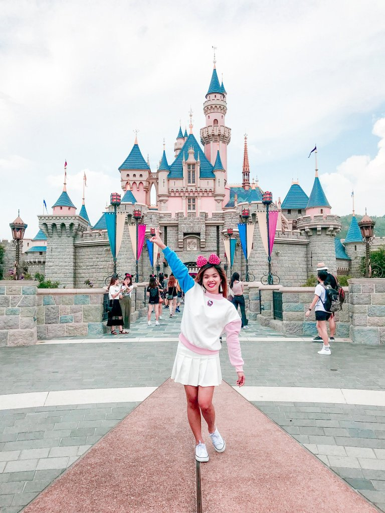 """ALT=""""i am at the happiest place on earth"""""""