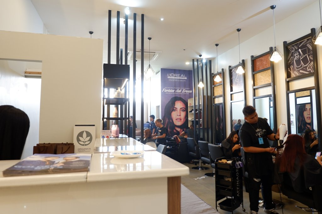 """ALT=""""this is the inside part of cre8 salon"""""""