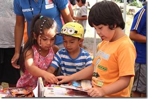 FOTO niños reciben libros 4