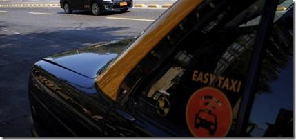 Santiago 7  de octubre del 2016 Fotos tem¿ticas de taxis, en el marco de la movilizaci¿n que llevaron acabo el d¿a de hoy el gremio de taxistas para solicitar la urgente regulaci¿n de las aplicaciones Uber y Cabify. En la imagen taxis circulan por Alameda  a la altura del Cerro Santa Lucia de poniente a oriente. FOTO: Javier Salvo/ La Tercera