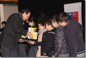 director entrega libros a niños