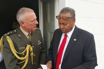 Taliyaha Guud ee Ciidamada Dalka Ireland Vice Admiral Mark Mellet (DSM) iyo Wasiirka Arrimaha Dibadda Somaliland Maxamed Biixi Yoosnis Qasriga Madaxtooyadda Ireland 06 Oct, 2015