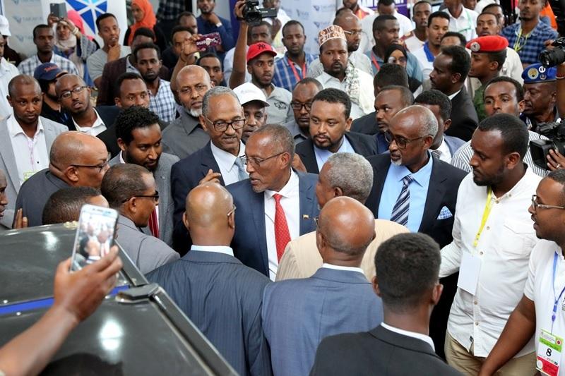 Madaxweynaha Somaliland Muuse Bixii oo xadhiga ka jaraya Carwadii sideedaad ee ganacsiga oo laga furay Hargeysa 9 Dec, 2018. Photo Araweelo News Network