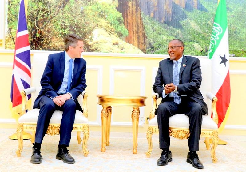 Madaxweynaha Jamhuuriyadda Somaliland Muuse Biixi Cabdi, oo Qasriga Madaxtooyadda ku qaabilay Xoghayaha difaaca Britain Mr. Gavin  Alexander Williamson oo booqasho ku yimi Hargeysa 6 January 2019.