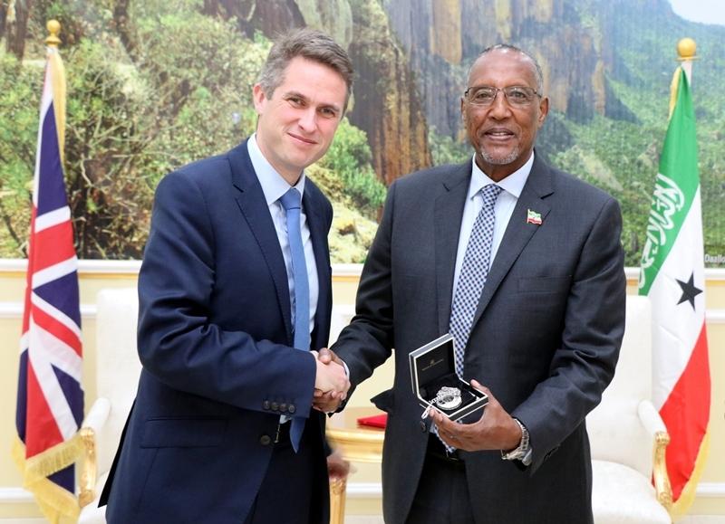 Madaxweynaha Jamhuuriyadda Somaliland Muuse Biixi Cabdi oo Hadyad ka gudoomay Xoghayaha difaaca Britain Mr. Gavin  Alexander Williamson, 6 January 2019.