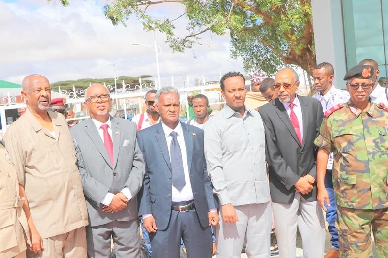 Madaxweyne ku xigeenka Somaliland iyo masuuliyiin kale oo sagootiyaya maxaabiista Puntland oo ka dhoofaya Madaarka Hargeysa 3 MJun 2019