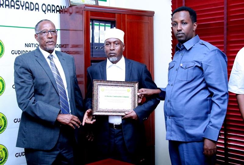 Madaxweynaha Jamhuuriyadda Somaliland, Mudane Muuse Biixi Cabdi oo guddoomiyaha guddida Qandaraasyada Mudane Nuux Maxamed Xuseen guddoonsiiyay shahaado-sharaf. 26 Oct, 2019, Hargeysa.