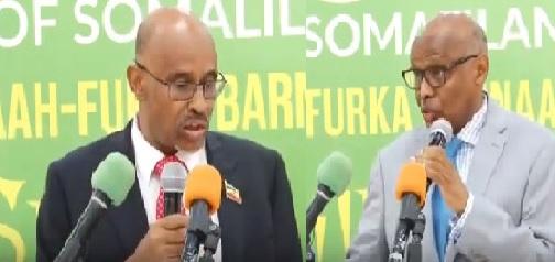 Guddoomiyaha Bangiga Dhexe ee Somaliland  Cali Ibaraahim Jaamac (Baqdaadi) (Bidix) iyo Agaasimaha Guud ee Baanka Somaliland, Axmed Xasan Carwo (Midig) 13 Jan 2020. Araweelo News Network.