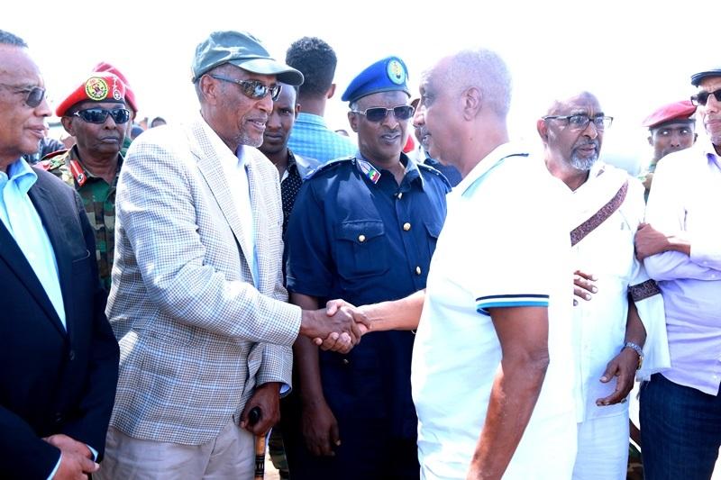 Madaxweynaha Somaliland Muuse Biixi cabdi oo ka Tacsiyadaynaya qoyska Marxuum Axmed-yaasiin Xaaji cabdullaahi Abu-site  28 Jan 2020,, Xabaalaha Xaraf ee Dulleedka Hargeysa. Araweelo News Network.