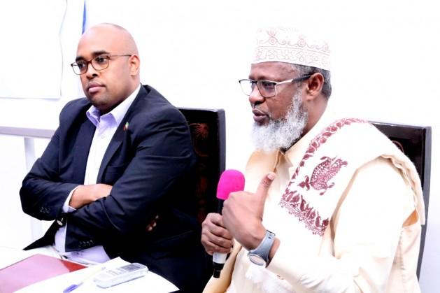Wasiirka Diinta iyo Awqaafta Jamhuuriyadda Somaliland Sheekh Khaliil Cabdiulaahi Axmed iyo Agaasimaha guud ee Wasaaradda Diinta iyo Awqaafta Sheekh Aadan Cabdullaahi Cabdalla , 5 Jan, 2020. Araweelo News Network.