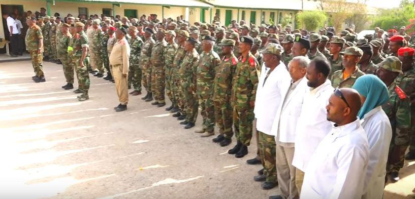 Madaxweynaha Jamhuuriyadda Somaliland, Muuse Biixi Cabdi, oo la hadlaya saraakiisha Ciidamada Somaliland ee Taliska Guud.17 March Araweelo News Network.