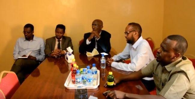 Wasiirka Waxbarashada iyo Sayniska ee Somaliland Axmed Maxamed Diiriye (Toorno), iyo masuuliyiinta kale ee booqday Iskuulka Araweelo News Network 11March  2020.