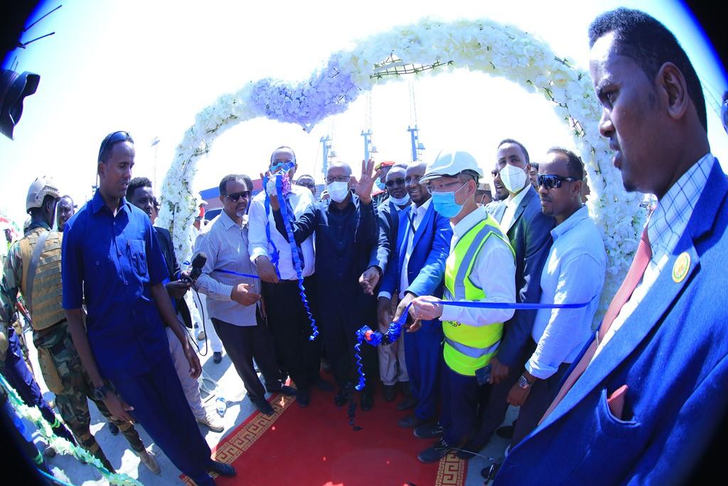 Muuqaalada ashqaraarka ah ee Madaxweynaha Somaliland Muuse Biixi Cabdi iyo wefdigiisa Dekedda Berbera 18 Oct, 2020, Image Araweelo News Network.