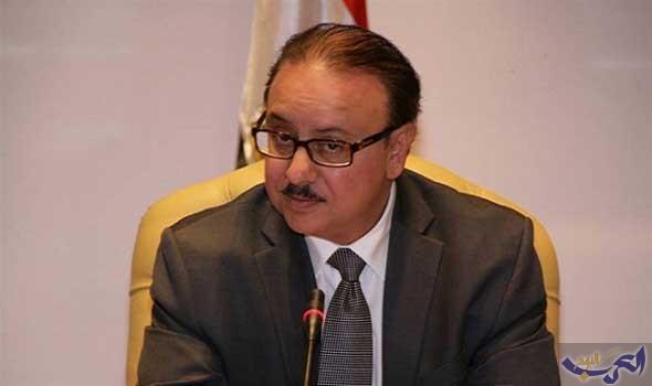 وزير الاتصالات يهدي الرئيس السيسي أول هاتف محمول مصري