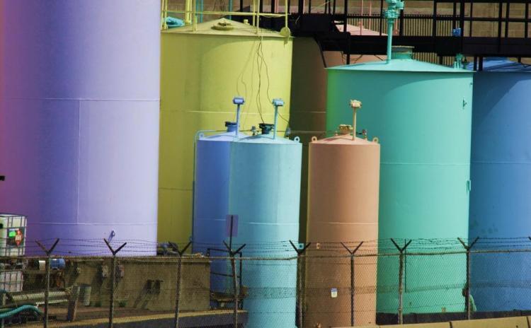 kleurige opslagtanks