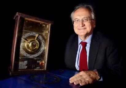 Ο καθηγητής Ξενοφών Μουσάς με το ακριβές αντίγραφο του Μηχανισμού των Αντικυθήρων (φωτ. ΑΠΕ-ΜΠΕ).