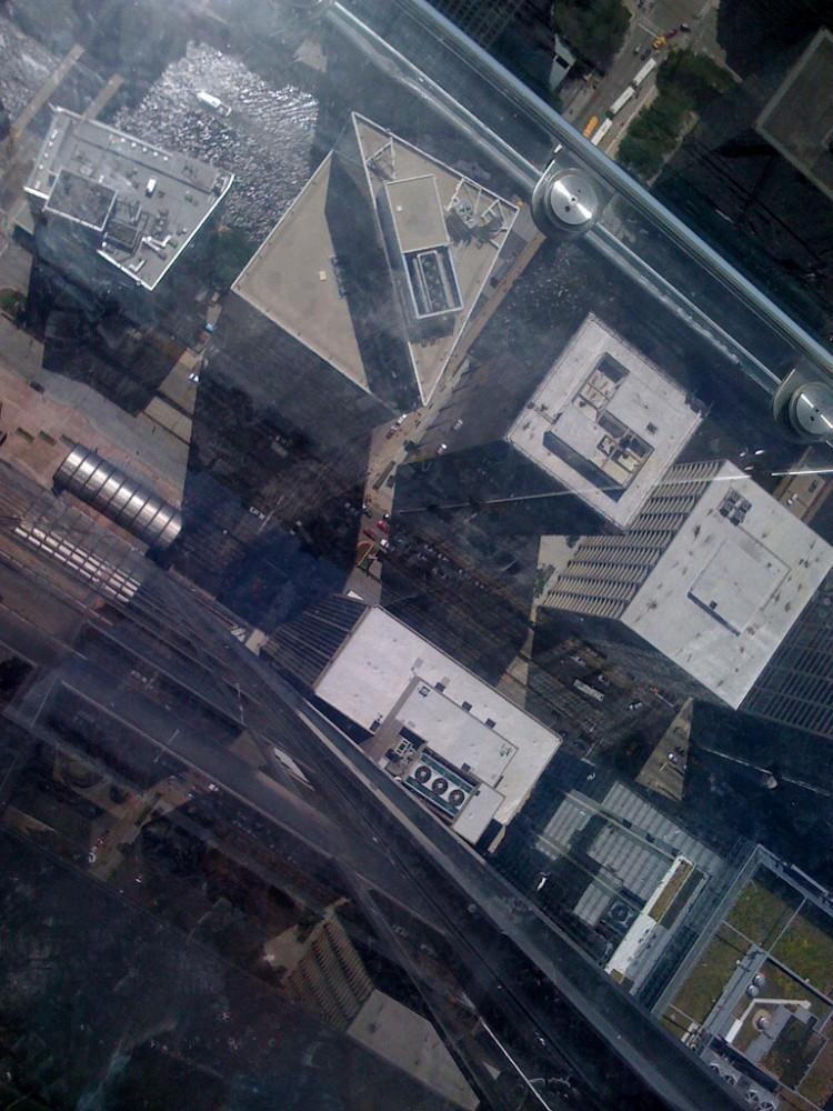 ledge © Flickr - User: skydeckchicago