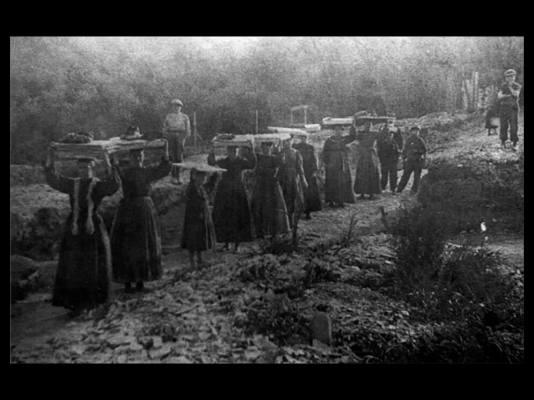 Le portatrici di ardesia in una classica fotografia d'epoca