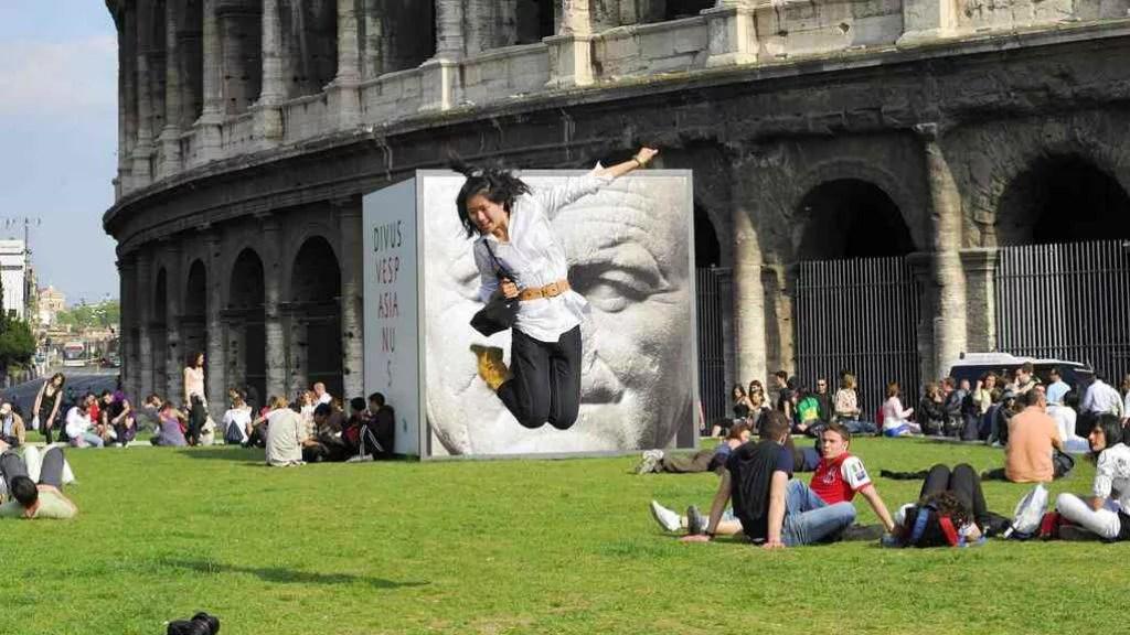 Colosseo sfregiato: servono davvero le barriere contro i vandali?
